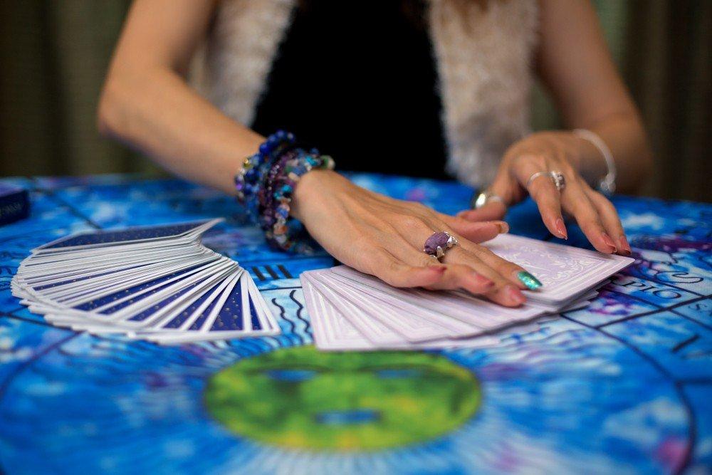 Kartenlegen und die verschiedenen Möglichkeiten: Foto: © Morakot Kawinchan / shutterstock / #1531656839